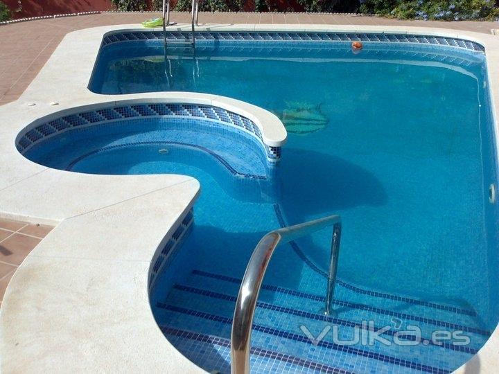Foto piscina con jacuzzi desde euros for Piscinas con jacuzzi precio
