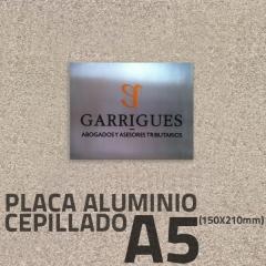 Placa aluminio grabado 150x212mm, con letras pintadas y superficie cepillada.
