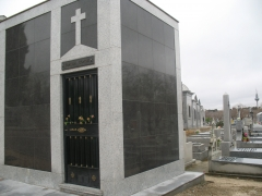 Panteón en cementerio de nuestra señora de la almudena - madrid