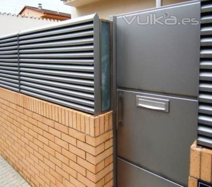 Foto puerta y valla de entrada chalet - Vallas de plastico para jardin ...