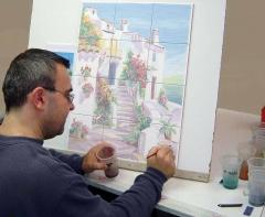 Jos� angulo terminando uno de uss proyectos en azulejos