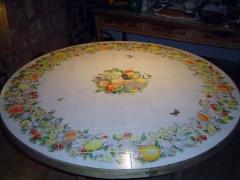 Mesa de azulejos decorados con flores y frutas