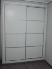 Frente de armario, fabricado en melamina blanca con perfileria de aluminio color plata mate