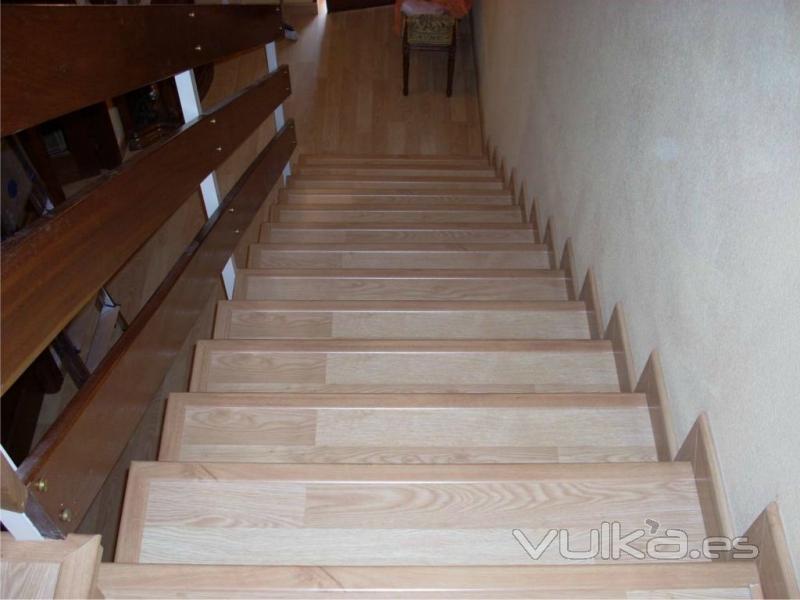 Foto escalera forrada con suelo laminado tarima flotante - Suelo tarima flotante ...