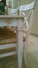 Mesa y sillas con acabado r�stico