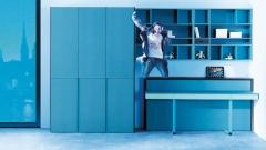 Habitacion juvenil con un armario de puertas batientes muy original y diferente