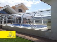 Es cubierta de piscina fija de dise�o circular con uni�n central. la fachada y fondo son fijos con p