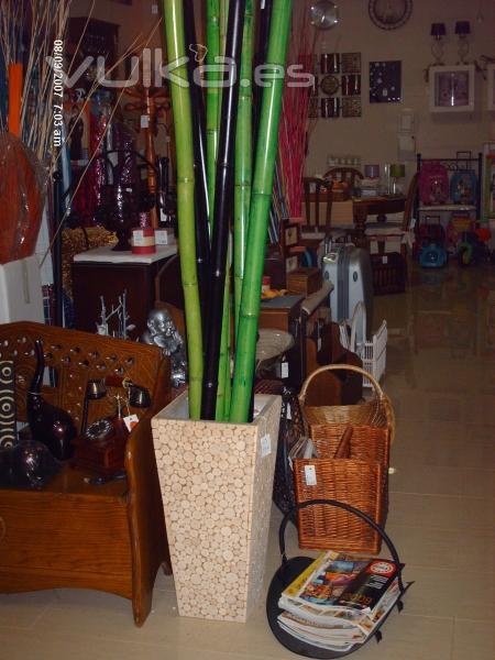 jarron madera y caas de bambu