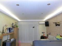 Colocacion de moldura con luz indirecta junto con un cortinero para decorar un comedor