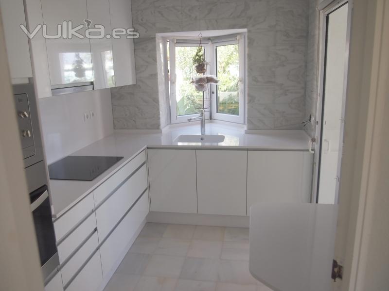 Foto cocina formica blanca silestone blanco for Cocina blanca electrodomesticos blancos