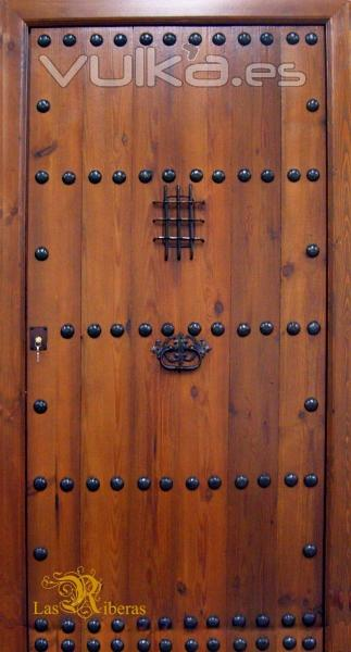 Foto puerta rustica de una hoja realizada en madera antigua for Fotos de puertas de madera antiguas