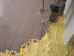 Aplicación ecomortero autonivelante anhiterm, sobre suelo radiante