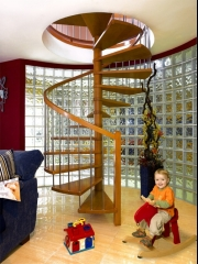 Escalera de caracol combinando madera e inox
