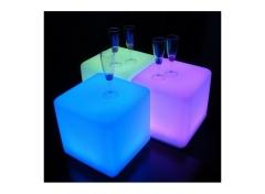 Un cubo led práctico a la hora de usarlo ya que puede ser desde una mesa auxiliar hasta una silla.