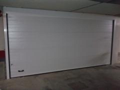 Puerta seccional lacada en blanco