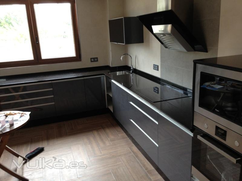 Foto encimera cocina granito negro galaxy - Cocinas con encimera de granito ...