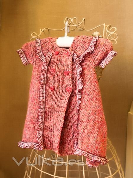 Foto: Vestido para bebé tejido con dos agujas en algodón.