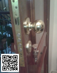 Suministro y montaje de cerradura monopunto o multipunto en puerta de madera.