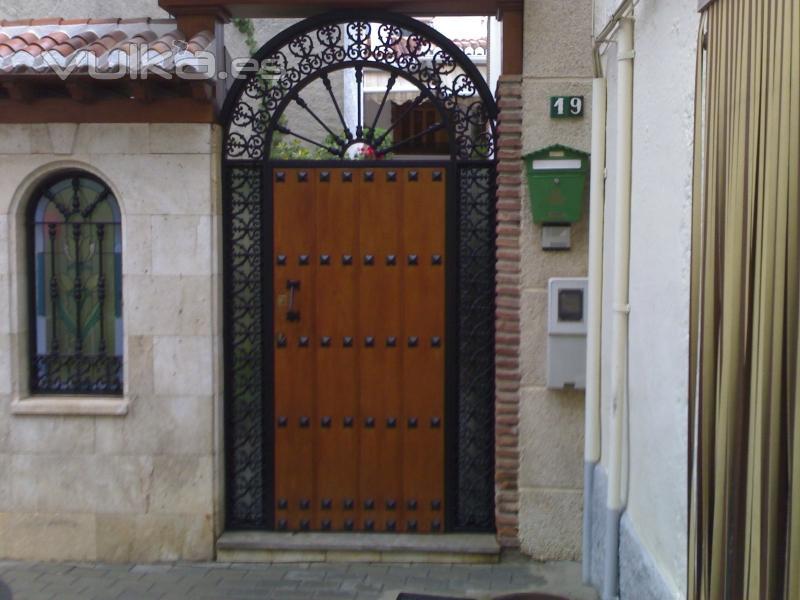 foto puerta mixta hierro madera