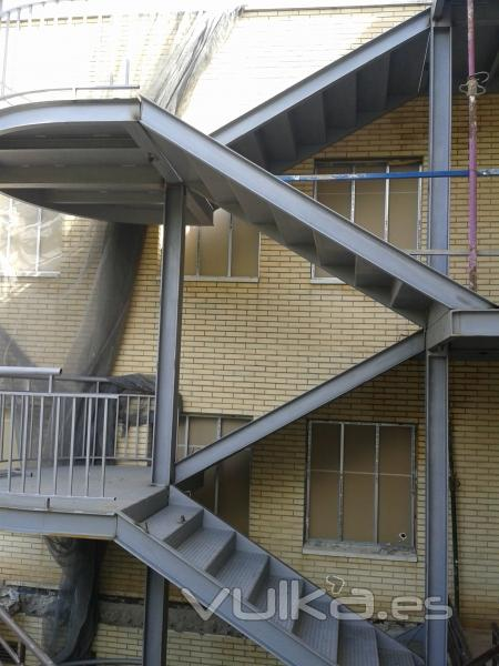 Foto escalera met lica de emergencias for Escaleras de exterior metalicas