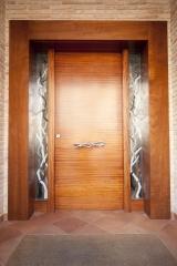 Puerta de madera de iroko con cerradura de seguridad