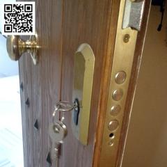 Suministro y montaje de cerradura multipunto, en puerta de madera.