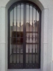 Puerta de cementerio en hierro y forja
