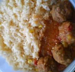 Albondigas en salsa con arroz de maiz
