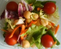 Ensalada con garbanzos y tomate cherry