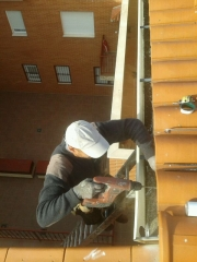 Instalando canal�n de aluminio en edificio de tres plantas, comunidad de vecinos