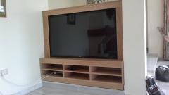 Mueble de tv integrado a medida en roble natural macizo
