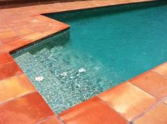 Baldosa remate o coronación piscina manual antideslizante y no quema los pies en pleno sol de verano