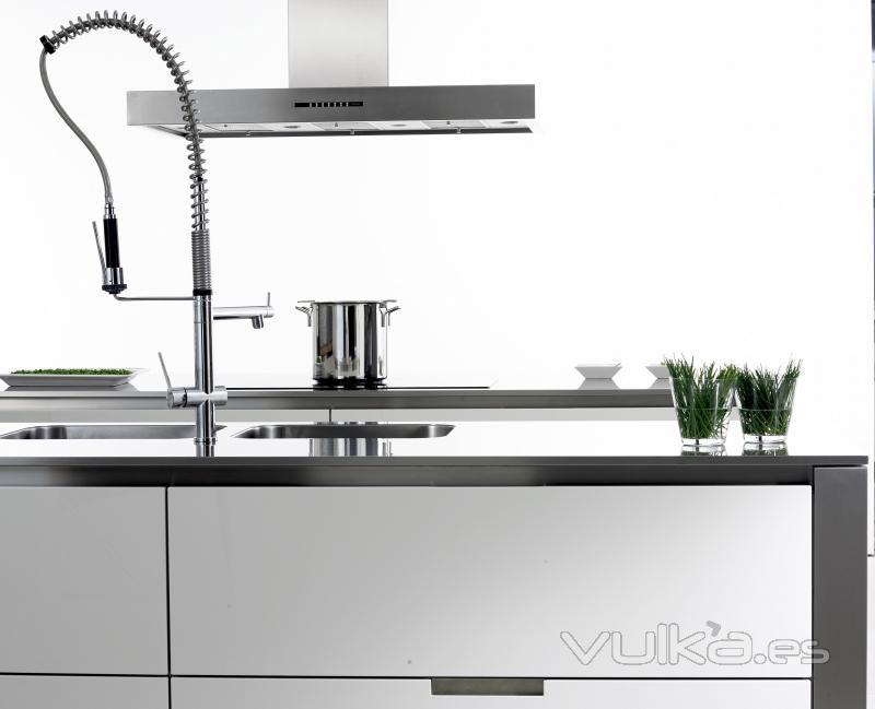 Foto cocina de la firma santos lacado alto brillo con for Encimera acero inoxidable