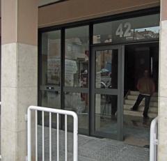 Puerta de comunidad en aluminio imitación oxidón y vidrios 5+5