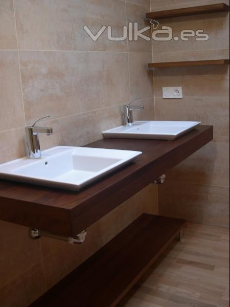 Foto encimera para lavabo en madera natural de iroko for Encimeras de madera para banos