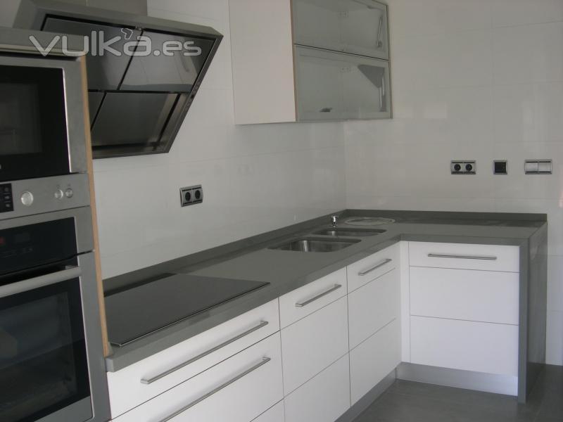 Foto cocina en tablero marino acabado blanco satinado - Tableros de cocina ...