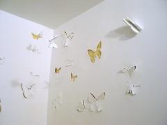 Curiosa decoracion de mariposas sobre las paredes