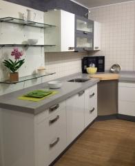 Muebles de cocina en color blanco, rinconera muy espaciosa.