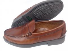 Zapato mocas�n en piel engrasada color cuero de sebago. piso de goma