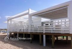 Chiringuito con terraza y sombraje sobre pilotes de madera. www.navarrpolivier.com