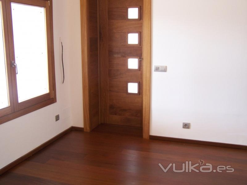 Foto detalle de puerta y parquet flotante for Puertas y parquet