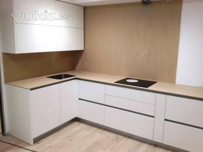 Beromar marmoles y granitos s l for Cocina blanca encimera beige