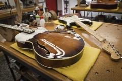 Guitarras en banco de trabajo