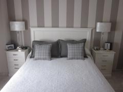 Dormitorio de matrimonio lacado en blanco roto.