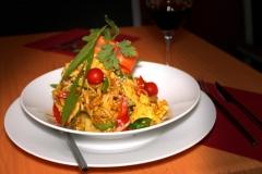 Wok de pollo, langostinos, tallarines y verduras