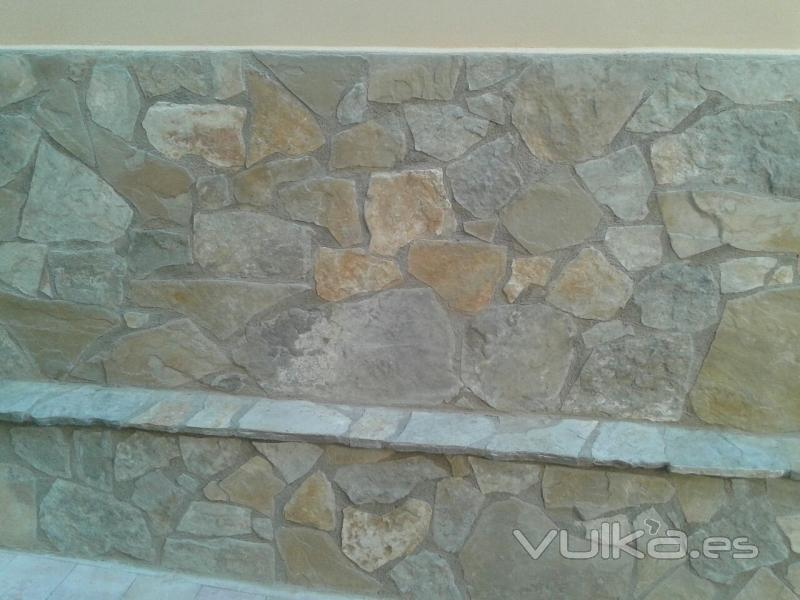fachada con piedra caliza irregular - Zocalos De Piedra