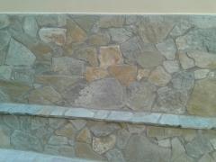 Fachada con piedra caliza irregular.