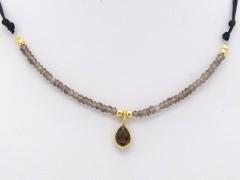 Gargantilla ajustable de plata chapada en oro y cuarzo ahumado. hecha a mano