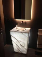 Mueble de baño iluminado, en mármol blanco ibiza