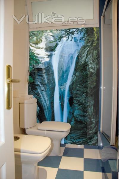 Foto iman en la pared de ba o sobre azulejo con foto de for Cascada artificial en pared